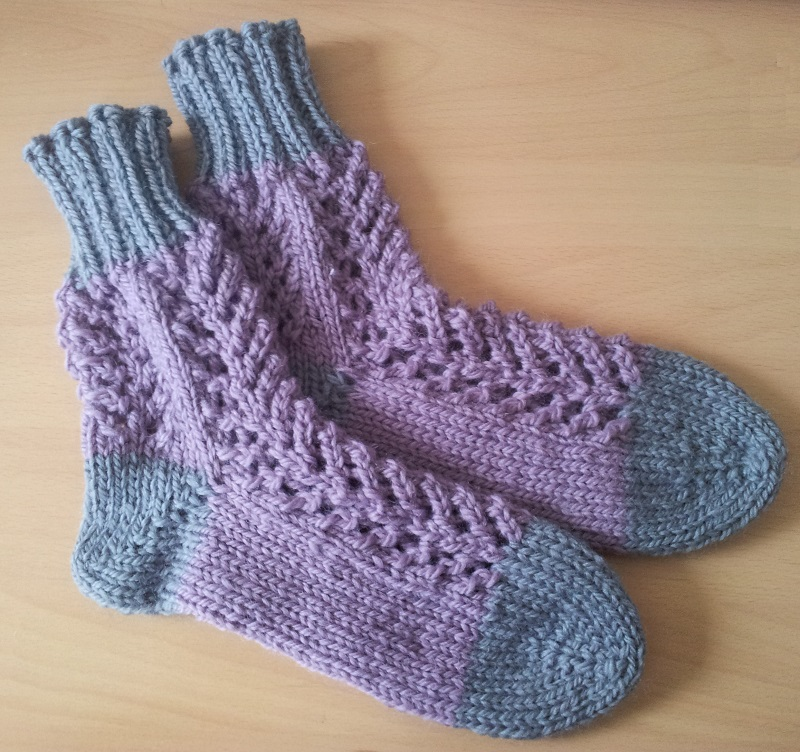 Bed Socks Knitting Pattern 2 Needles : Grandmas Knitted Bed Socks - Crafterways